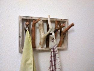 Wandhalterung aus Ästen und Holzrahmen. In Shabby Chic.