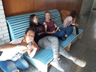 Ruhebank mit Sitzfläche aus Holzlatten. Geschwungene Sitzfläche und Rückenlehne. Die Bank bietet Platz bis zu 4 Person.