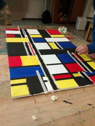 Mit Kreppband abgeklebt werden die Flächen begradigt und bekommen ein schwarzes Linienraster.