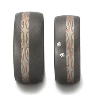 Tantal Trauringe mit Mokume gane Streifen aus Platin und Rotgold mit zwei Brillanten im Damenring, individuelle-trauringe, handgeschmiedete-ringe