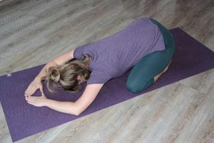 Stellung des Kindes, Yogatherapie, angepasst, Knie Probleme, Schultern, Rücken