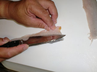 エソの腹骨をすき取る写真