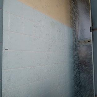 浴室の鏡、うろこ状の汚れ