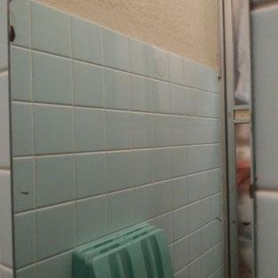 ウロコ状の汚れがきれいになった鏡