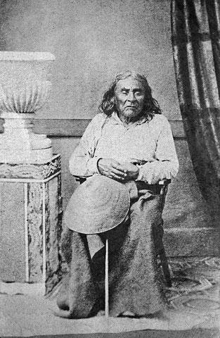 Anlässlich seines Besuches 1864 in der Stadt, die  bis heute seinen Namen trägt, ließ sich Chief Seattle fotografieren