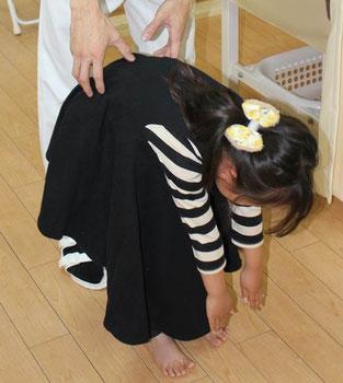 【京都市中京区烏丸御池】京都三条烏丸治療院、畠鍼灸院整骨院の子供の姿勢矯正。施術前。