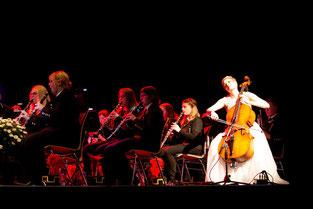 Mara spielt als Solistin mit Orchester