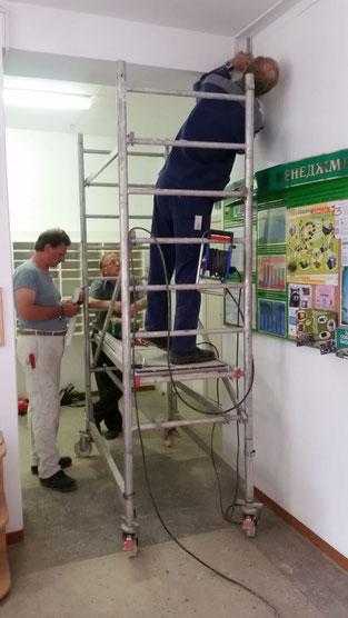 Horst und Michael bei der Kabelkanalverlegung.