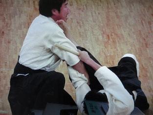 「おとしで」の留め 足裏で相手のあごを蹴上げ、腕を切る!