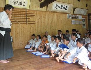 吉備柔道スポーツ少年団の古武道体験は真剣そのもの。引率のベテラン指導者の一人は竹内流の門人!
