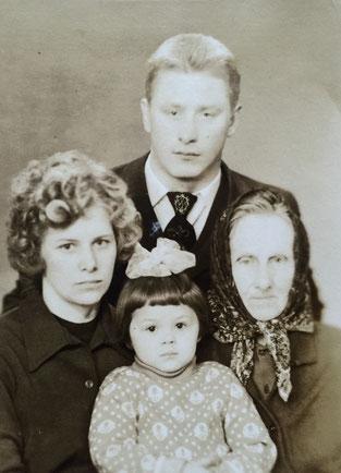 Helene Zewzukowa (geb. Stein) mit ihren erwachsenen Kindern Josef Osipowiz und Ewgenia-Helene Josufowna sowie Enkelin Helene Konstantinowna