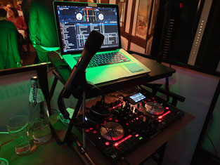 Macbook Pro, Serato DJ Pro und Numark NV mit Funk-Mikrofon