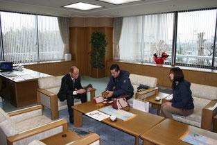 写真:田原本町長と織田理