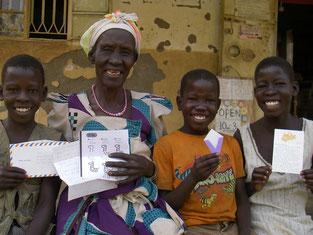 左から、Opwonya Kenneth(4), Obedi Andrew(2), Aol Fiona(4),もう一人の家族Ayero Rwot Nancy(4)はマラリアでダウン(2日後のMeetingには元気に参加!)、お祖母ちゃんと。
