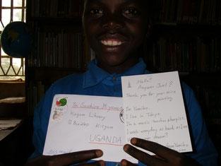 日本の支援者からの絵葉書を手にニッコリのAnywar Joel.