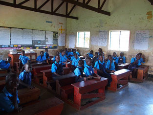 3年生の教室。1、2学期に比べて生徒数が激減!校納金が払えずに来られなくなってしまった子が多いそうです。
