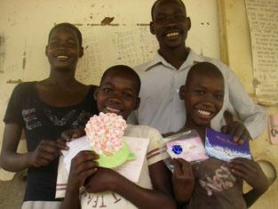 左端Aling Gladys(5)と中央Abalo Proscovia(4)姉妹と右Adong Kena Mercy(2).双方のお祖母ちゃんが体調不良、代理で来てくれたLCと。