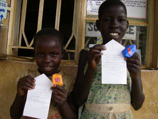 Nancy( 左、叔母!))とAol (右、姪!!).日本語のお手紙と紙風船を物珍しげに…&膨らませ方が分かってニッコリ!!