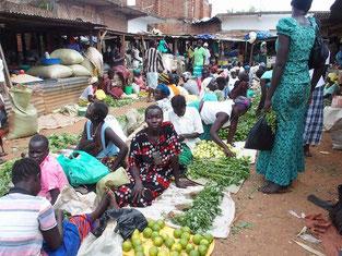 市場の風景。おばちゃんがむしろの上に野菜を広げて売っています。屋台風の店は場所代が少し高いとか…