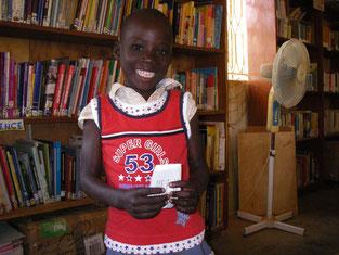 Gladisも最近図書館塾の一員に。学校には全く通ったことがありません。よ~やく自分の名前グラディスだけは、書けるようになりました!!赤いシャツに大満足です。