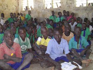Angeeの教室と級友達。Angee, どこか分かりますか?一番右端前から3列目です。Kitgumよりさらに田舎のこの学校では、制服などには、あまり厳しくないようです。ただ校納金は、ナゼか、Kitgum Primaryより、ず~っと高額!!