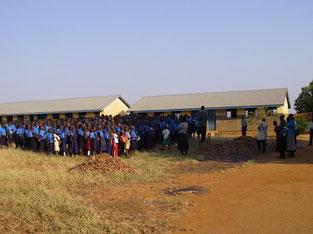 校庭で始業式。敷地は広くても体育館、講堂などはナシ