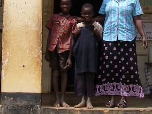 """OngomとPriska兄妹 : 母は昔ゲリラに殺され、最近父も死亡。引き取られた親戚も、子だくさんで食べさせて貰うのが精一杯。""""図書館塾""""の常連に。すぐ、""""優良ユーザー賞""""に達し、日本から届いたばかりの黒いTシャツに、ニッコリ!!"""