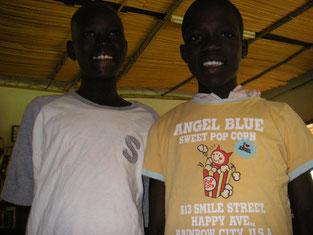 右のAgeno Rwot Nancyも就学支援中です。皆な、賞の服が大好き。色あせ擦り切れても、ず~っと着続けています。