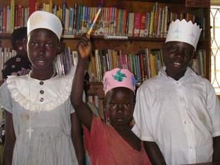 図書館塾に通級2年目のObedi(中).今日は近所のお姉さん2人を連れてきて新着鉛筆2本を手に!初めての受賞で緊張~?