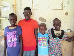 左から Ageno Rwot Gladys, Ayubu Cavine, Laker Farida, Aweko Babra.年少のFaridaを除き3人は就学支援中です。