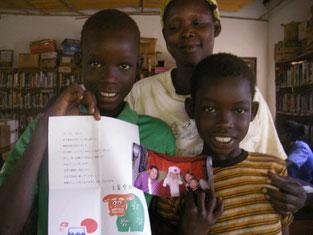 左Ongom Ronald(4)とAdyero Priska(4) 兄妹と叔母さん。病気、ケガ、入院……trouble続きでしたが、落ち着きました!