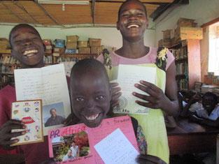2通目のお手紙をいただきBig SmileのOciti Simon←とAling Gladys→。↓ はAweko Babra.