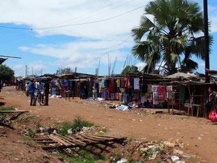 市場の外周。肉、日用品、雑貨などが買えますが、Kitgumで買える既製の衣類は全て中古です。