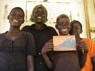 左から、Ayubu Cavine(6), Ageno Rwot Gladys(3)姉妹と近所のOpoka Brian(5)。両家のお祖母ちゃん達が高血圧や足の痛み等体調不良のため、頼まれた叔母さんと。