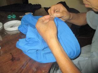 3学期目前。2学期の間に酷使され痛んだ制服類の修繕。Ogen Soの手も不慣れながらも猫の手よりズ~ット役立ってくれてます!!