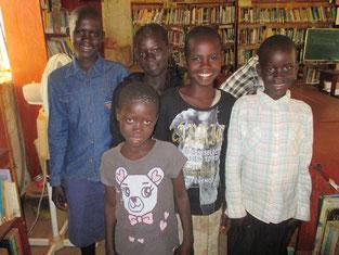 1学期後の休暇中、図書館ユーザーになった5名。2学期開始後も、校納金が払えず図書館塾で毎日学習を継続。全員揃って優良ユーザーde賞を初受賞!!