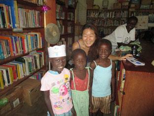 図書館立ち上げ当時長期にボランティアしてくれたトモさんが再訪、受賞者3名とハイ、チーズ!!