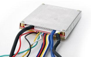 Typisches BMS für 36 Volt, steuert Lade- und Entladevorgang. In der MItte erkennbar: der Servicestecker.