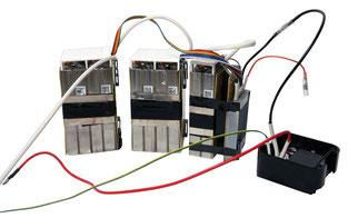 Blockzellen, wie sie typisch für Billigräder sind. Zehn Zellen mit aufgeschnalltem  Batterie Management System.