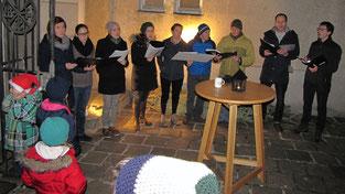 """Am vierten Adventsamstag sang das a-capella Ensemble """"Halbkreis"""" und sorgte mit seiner Fangemeinde für einen Rekordbesuch."""