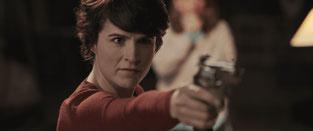 scène action femme arme à feu