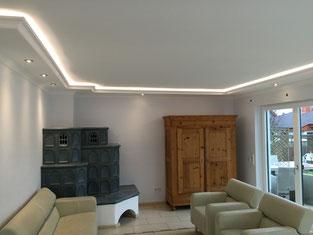 Bild Wohnraum Spanndecke mit Stuck und Beleuchtung