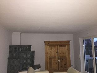 Bild Wohnraum Decke gestrichen ohne Stuck und Beleuchtung