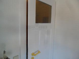 Frisch lackierte Tür.