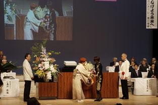 地区ガバナーエレクト婦人に花束贈呈
