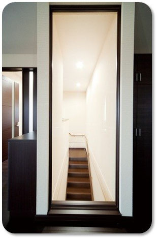 何気ない階段の風景。かと思いきやここからは降りれません。