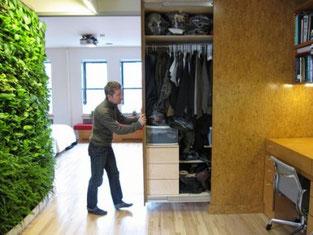 這是一個很聰明的做法,衣櫃牆分隔了書房及卧室,而衣櫃是推式的,節省了兩面牆的空間,變相多了兩面牆可用