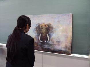 講話終了後、ゾウの絵にひきこまれています。
