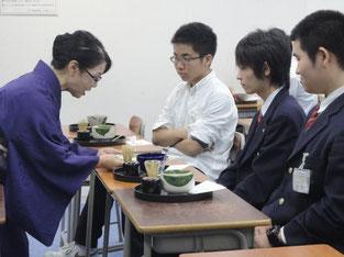 茶道体験での渡会先生の指導