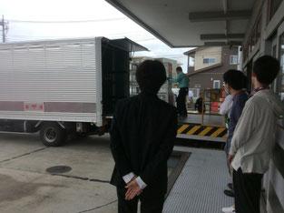 午後の配達に出発する局員の方々を見送っているところ